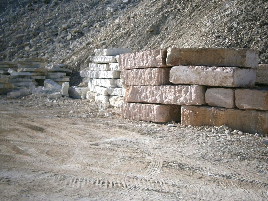Pietrame da annegamento utilizzato per costruzione o rinforzo di argini o per murature di contenimento
